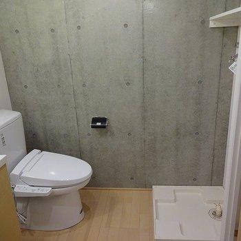 洗面台とトイレは脱衣所に。※写真は2階の同じ間取り別部屋です