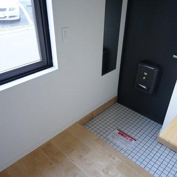床は白タイルでパッと明るく!