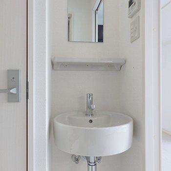 洗面台はコンパクトサイズ。 ※前回募集時の室内写真となります
