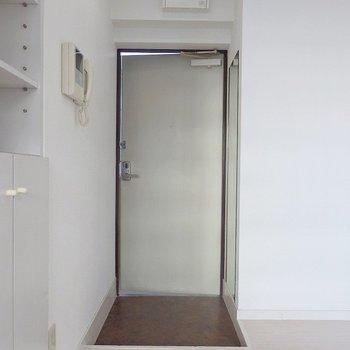 玄関はこんな感じ。 ※前回募集時の室内写真となります