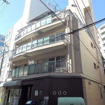 1階にはレトロな喫茶店と串揚げ屋さん。