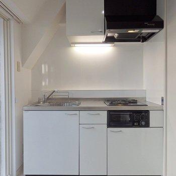 キッチンは2口グリル付きのガスコンロ。 ※前回募集時の室内写真となります