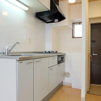 小窓が可愛い大きなキッチン