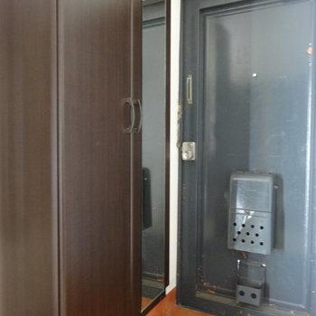 玄関には鏡付きのシューズボックスも完備されています。