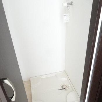 洗濯パンは水回りのお隣に。扉付きで隠せるのが嬉しいな。