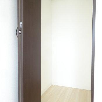 こちらのお部屋のクローゼットもスリムです。