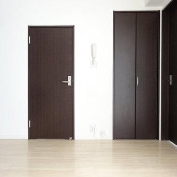 ドアのブラウンが引き締め役なダイニングエリアです。