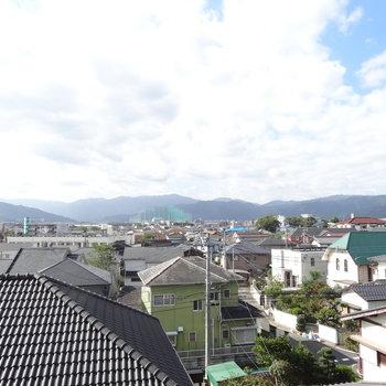 空がとっても広い!遠くには山々が見えて清々しい眺望です。