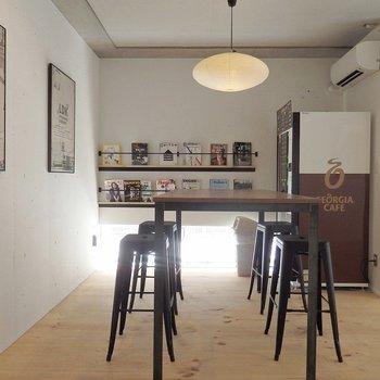 カフェ、ライブラリもついています!