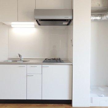 キッチンと洗濯機は並んで。お部屋に合う洗濯機を選びたいですね。