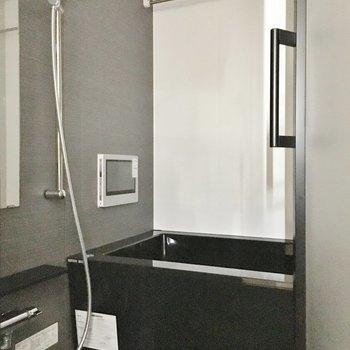 テレビ付きのバスルーム!※写真は前回募集時のものです