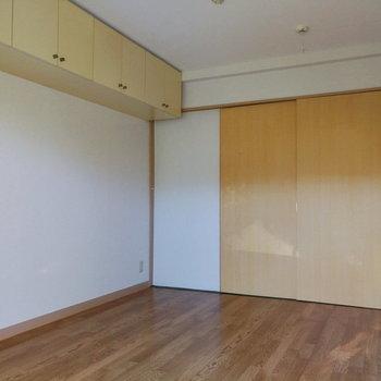 【洋室①】引き戸で収納も上部なので、空間を広々と使えます。