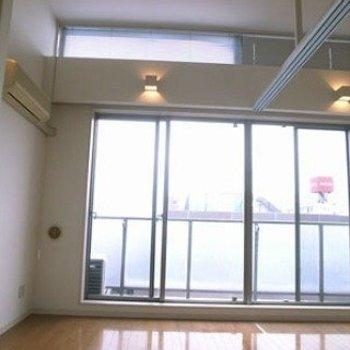 室内明るいです。※写真は603号室です。天井は写真ほど高くありません(写真は前回募集時のものです。ご了承ください。)