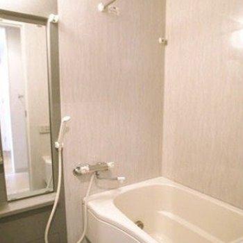 お風呂も綺麗。※写真は603号室です(写真は前回募集時のものです。ご了承ください。)