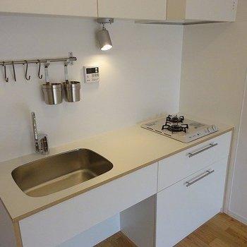 キッチンは2口ガスコンロ、ゆったりサイズ※イメージ写真です