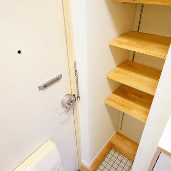 玄関には可動式の棚を設置