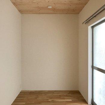 洋室はコンパクト!少し暗めです…。