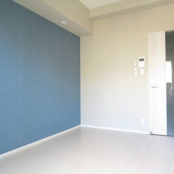 ブルーのクロスが爽やかさを演出(※写真は7階の同間取り別部屋のものです)