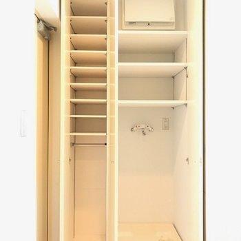 玄関左手にあるシューボックスと洗濯機置場。扉で隠してスッキリみせられる