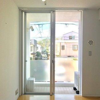 バルコニーにつながる窓の右手にはパウダールームと浴室