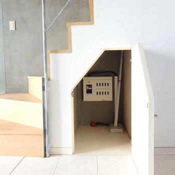 階段下収納もあります。