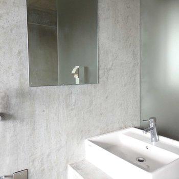 お風呂の近くに洗面台があります。