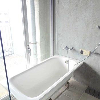 2階にいかにもデザイナーズなガラス張りのお風呂!