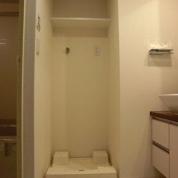 洗濯機置き場も室内に完備。脱衣スペースも充分です。
