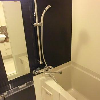 お風呂もシックな黒で統一。