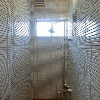 白タイル張りのシャワールームに※写真は前回掲載時のものです。
