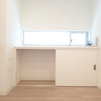キッチン前と玄関の間にも収納スペースがありますよ。