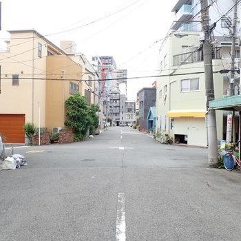 周辺は住宅街で昼でも静かでした。