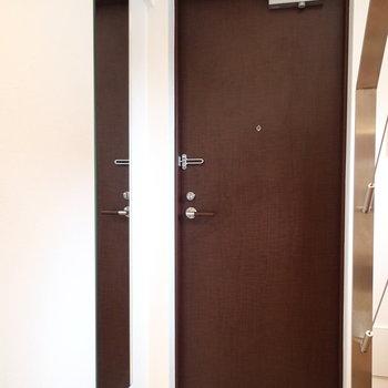 玄関はフラットタイプ。姿見もありました。