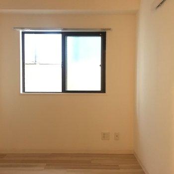 こちらは寝室です、窓の外はすぐ建物です