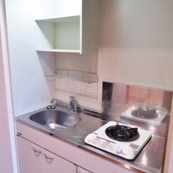 キッチンはコンパクト ※写真は同間取り別部屋です