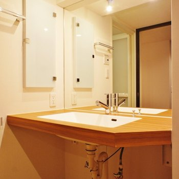 大きな洗面台、そして大きな鏡