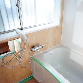 お風呂の大きな窓が嬉しい!※写真はクリーニング前のものです