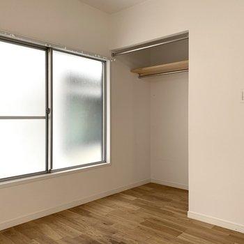 こちらもお部屋はオープンクローゼット付き※写真はクリーニング前のものです