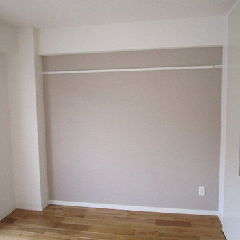 4.5畳のお部屋にはアクセントクロス※写真は前回募集時のもの
