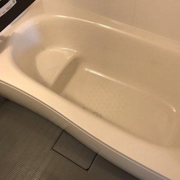 お風呂も足を伸ばして入れるサイズ。※写真は前回募集時のものです
