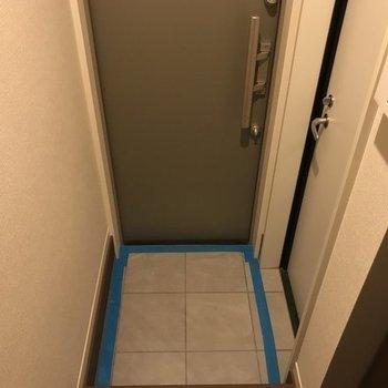 玄関はややコンパクト。※写真は同じ間取りの別部屋です。