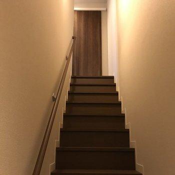 階段を登ります。※写真は同じ間取りの別部屋です。