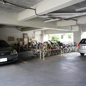 敷地内に駐輪場や駐車場も!