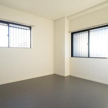 玄関横の6帖の洋室も2面採光!