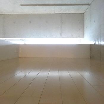 はしごの先にはロフト空間!明るくて広いのがイイ!※写真はクリーニング前です。