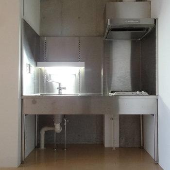 キッチンはオールステンレスが男前です。※写真はクリーニング前です。