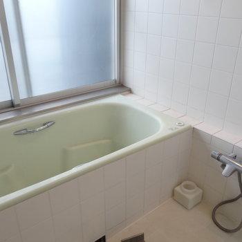 浴室もゆったりめです。※写真はクリーニング前です。