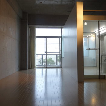 コンクリート打ちっぱなしのクールな空間。モダンなインテリアが似合いそう。※写真はクリーニング前です。
