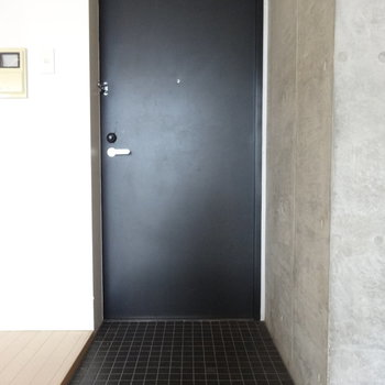 玄関はスッキリと。シューズボックスはありません。※写真はクリーニング前です。