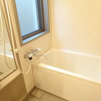 浴室には窓がついているのがいい!おまけに乾燥機までついてるんですよ。